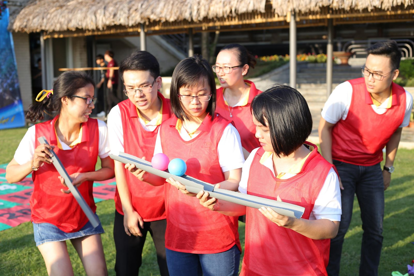 Trò chơi đòi hỏi sự khéo léo và phối hợp ăn ý giữa các thành viên trong Nam Long